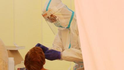 un professional del CatSalut duent a terme una prova PCR a una veïna de Sabadell
