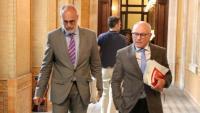 El lletrat major del Parlament, Joan Ridao –esquerra–, i el secretari general de la cambra, Xavier Muro, caminant pels passadissos del Parlament