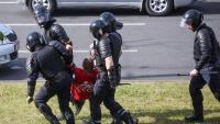 Agents antiavalots s'emporten detingut un manifestant en la protesta d'ahir a Minsk, contra els resultats electorals que donen el triomf a Lukaixenko