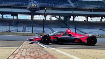 Àlex Palou en la línia d'arribada del circuit d'Indianapolis