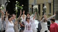 Un grup de dones es manifesta amb flors a les mans en suport dels detinguts i contra Lukaixenko, ahir, a Minsk