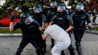 Un policia colpeja un manifestant contrari al president Lukashenko a la capital del país, Minsk