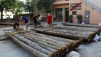 Diversos membres de l'organització dels raiers de Coll de Nargó acabant d'enllestir els trams que utilitzaran per navegar pel riu Segre