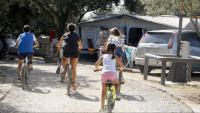 Un grup de nens en bicicleta al càmping l'Hostalet de Serrateix