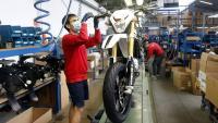 Un treballador de Rieju muntant una moto a la cadena de muntatge de la fàbrica de Figueres