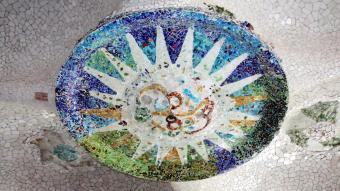 Un dels quatre medallons restaurats de la sala Hipòstila del Parc Güell