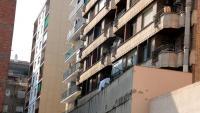 Façana posterior de l'edifici de l'avinguda Rovira Roure de Lleida des d'on ha caigut la jove parella que ha resultat morta