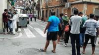 Bombers i policies treballant al l lloc dels fets, i un familiar de les víctimes consolat per un grup d'amics, ahir al barri de la Barceloneta
