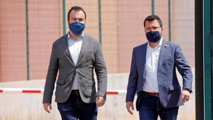 Pere Aragonès (a la dreta) a la sortida ahir de la presó de Lledoners
