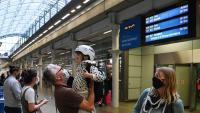 Un pare saludava ahir la filla, arribada amb el tren Eurostar des de París a l'estació de St Pancras de Londres, abans que l'atrapi la quarantena