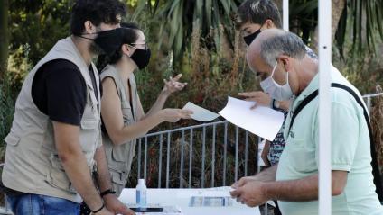 Veïns del barri barceloní de Torre Baró fan cua al al casal del barri on es fan les PCR