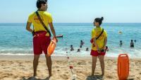 Una parella de socorristes a la Platja Gran de Platja d'Aro