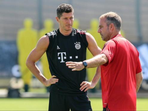 Flick dona consignes a Lewandowski durant un entrenament