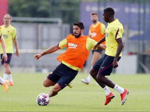 Ousmane Dembélé, en l'entrenament d'ahir, disputant una pilota amb Luis Suárez