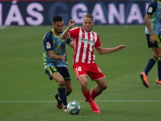 Samu Saiz , protegint la pilota davant la pressió de Callejón