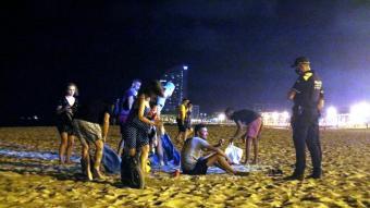 Agents de la Guàrdia Urbana desallotjant la platja una nit del mes de juliol passat