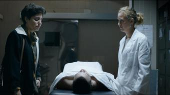 Glòria March interpreta Carme Salvador, la mare de Guillem. A la foto, en l'escena en què identifica el cos del fill