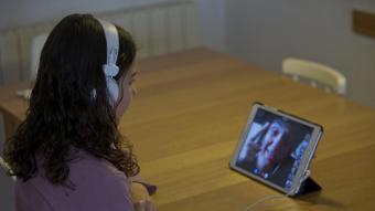 Una alumna fent classes virtuals durant el confinament