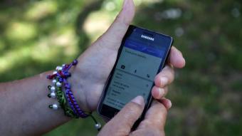 Una dona gran amb el seu mòbil a les mans
