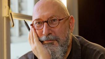 Antoni Martí Monterde , en un cafè de Barcelona, amb el seu nou diari publicat, 'L'home impacient'