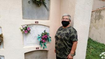 Carme Fàbregas davant de la tomba on hi ha enterrada Maria Veselova