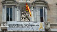 El balcó de Palau amb la pancarta penjada