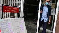 Una persona sortint de l'ambulatori de Buenos Aires de Vallecas, a la comunitat de Madrid, ahir
