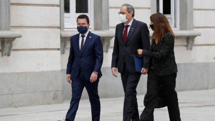 El president Torra, flanquejat pel vicepresident Aragonès i la consellera Budó, ahir, entrant al Tribunal Suprem