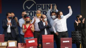 Els impulsors de la moció de censura, amb les caixes amb les signatures