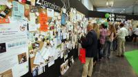 Visitants d'anteriors edicions del saló d'emprenedors Biz Barcelona, mirant ofertes de feina