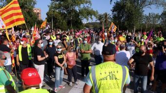 Treballadors de la fàbrica de Saint-Gobain de l'Arboç davant la planta en una manifestació per denunciar el tancament de la divisió Glass el 6 de setembre