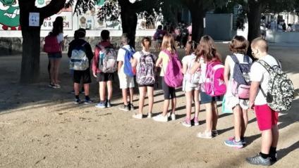 Alumnes d'una escola fan cua abans d'anar a la seva aula, a Cornellà del Terri