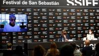 Woody Allen, a la pantalla, i les actrius Gina Gershon i Elena Anaya durant la roda de premsa d'ahir a Sant Sebastià