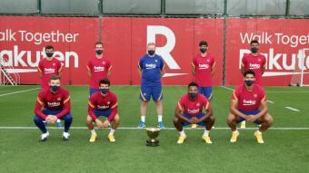 Ronald Koeman i les vuit cares noves de la primera plantilla, amb el trofeu Joan Gamper