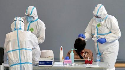 Personal sanitari durant un cribratge massiu, dijous a Girona