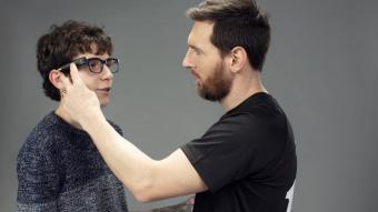 Leo Messi en el moment en què posa les ulleres amb lector d'imatges a en Pere Ribes
