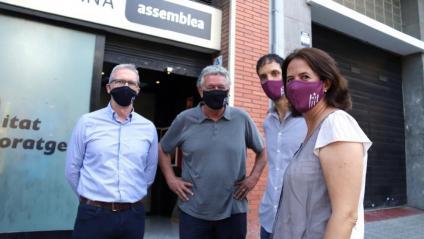 Dirigents de l'ANC Elisenda Paluzie, David Fernández, Adrià Alsina i Jordi Ollé davant la seu de l'entitat