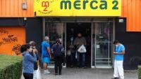 Diverses persones en un supermercat d'Alcobendas, Madrid
