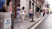 Gent fent cua al cribratge massiu a Trinitat Vella