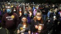 Ciutadans reten homenatge a Ruth Bader Ginsburg a l'exterior del Tribunal Suprem, a Washington