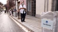 Cua per fer la PCR en el cribratge massiu al barri de Trinitat Vella de Barcelona