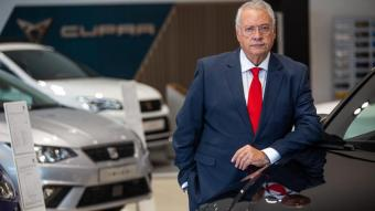 Jaume Roura , fotografiat en un concessionari de cotxes del Maresme
