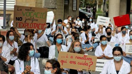 Els MIR es concentren davant de la conselleria de Salut amb motiu de la vaga