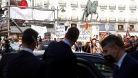 Protestes davant la seu de la Comunitat de Madrid a la sortida del president espanyol, Pedro Sánchez, aquest dilluns després de reunir-se amb la presidenta madrilenya, Isabel Díaz Ayuso