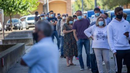 Gent fent cua a Girona per fer-se una prova PCR en un cribratge massiu
