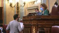 El diputat de la CUP, Albert Botrán, conversa amb presidenta del Congrés, Meritxell Batet, durant el ple d'aquest dimarts