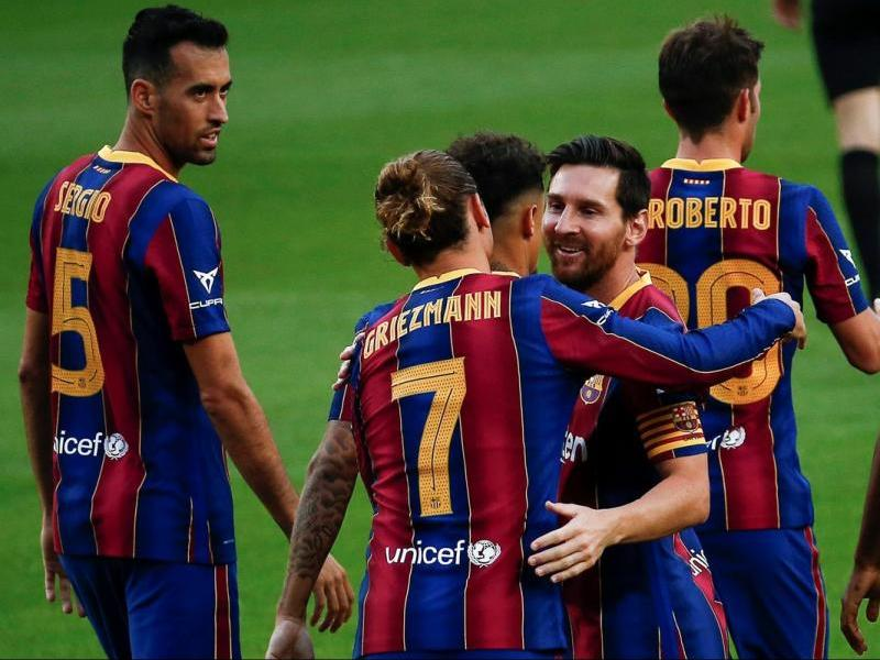 Messi somriu mentre s'abraça a Griezmann, després de l'1-0