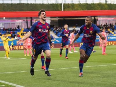 Monchu (8) celebra un gol perseguit per Akieme (18)