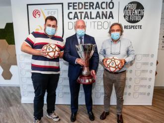 La foto oficial amb el president de la FCF Joan Soteras i representants del Llagostera i l'Hospitalet