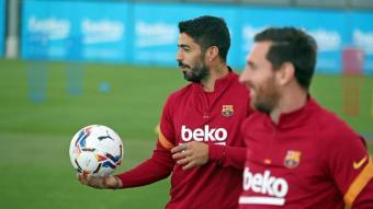 Luis Suárez, entrenant-se ahir amb normalitat a la ciutat esportiva al costat de Leo Messi i esperant notícies de la reunió que tindria lloc hores més tard
